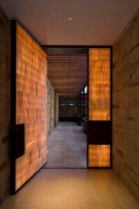 Блиндирана врата съвпадаща с интериора