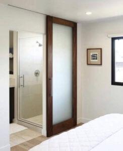 Плъзгаща интериорна врата със стъкло